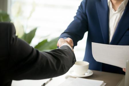 ハンドシェイクをクローズ アップ、ビジネスマンの対処、受入れを作る契約に署名した後揺れ男性手ビジネスオファー、パートナーシップ、巧妙な