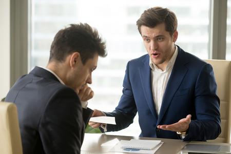 行方不明期限、悪い仕事結果を示すエグゼクティブ マネージャー叱る効果のないセールスマン、発射失敗、チーム リーダー レポートに不満の労働