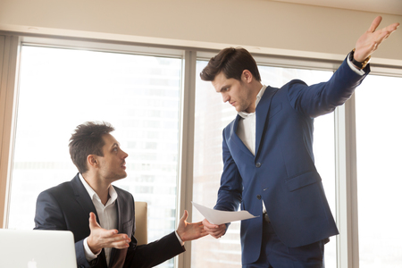 화난 엄격한 불만족 한 보스 남성 무능한 직원을 해고, 나쁜 일, 해고 통지를 들고, 직장을 떠날 것을 요구, 이유없이 일을 해고당하는 사무실 노동자,
