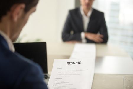 Nahaufnahme Von Vorstellungsgespräch Im Büro, Konzentrieren Sich Auf ...