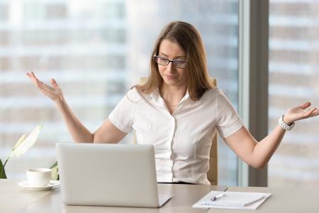 De verontwaardigde beklemtoonde onderneemster die probleem met laptop hebben, de gebroken langzame niet werkende computer, de gefrustreerde vrouw beuden slecht nieuws online of het virus van Internet, kritieke fatale fout, al gegevensverlies Stockfoto