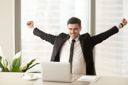 Gelukkig zakenman in pak verhogen handen kijken naar laptop, vieren overwinning, aandelenhandel winnen, kreeg sollicitatiegesprek uitnodiging, gemotiveerd met goed resultaat, bereiken van doel, zakelijk succes