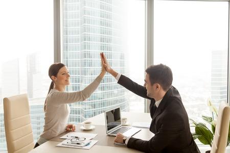 祝って良いチームワークの結果、ビジネス パートナーのオフィスで実業家にハイタッチを与える実業家チームの仕事、業務実績、会社の成長に満足 写真素材