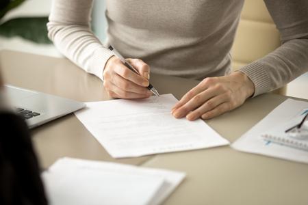 서명하는 여자, 펜을 들고 여성의 손에 초점, 공식 서류에 서명을 넣어, 합법적 인 가치, 계약 관리, 좋은 사업 거래와 성명에서 가입 이름, 뷰를 닫습니