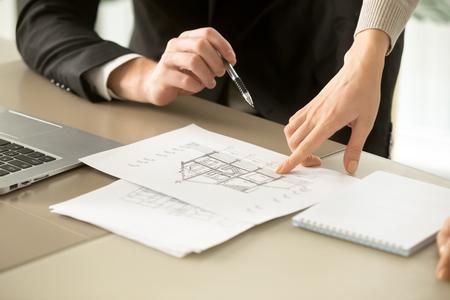 Close up vista del progetto di costruzione di casa a due piani, gli architetti discutono piano di costruzione casa architettonica, gli agenti determinano il prezzo di oggetto immobiliare in vendita, valutazione stima del valore di proprietà Archivio Fotografico - 84440069