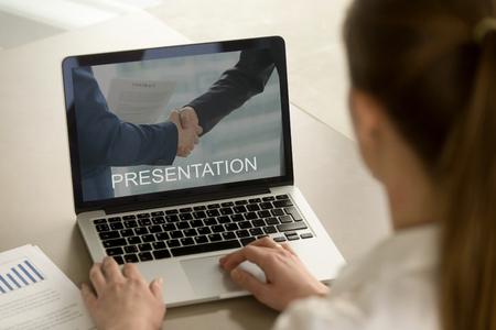 Zakenvrouw werken op pc, kijken naar computer zakelijke presentatie, kantoor werknemer kijken naar laptop scherm voorbereiden financiële slide show over bedrijfsbeheer strategie, close-up over schouder uitzicht