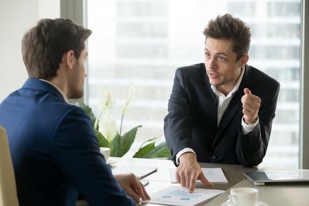 Analista financeiro explicando as razões de desaceleração do crescimento da empresa e dando conselhos sobre como alcançar o sucesso no próximo trimestre. Empresário, chamando a atenção do parceiro em indicadores de valor durante a reunião