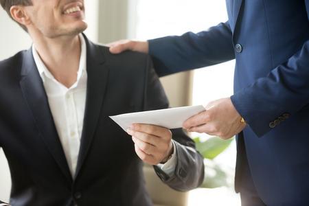 Líder da empresa dando bônus de dinheiro em envelope de papel para o trabalhador de escritório sorridente feliz, felicitando o empregado com o aumento do salário ou promoção, agradecendo por sucessos no trabalho. Fim, cima, conceito
