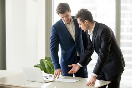 Homme d'affaires effectuant une présentation avec des documents commerciaux pour convaincre l'investisseur de financer un projet. Agent immobilier expliquant les avantages de l'objet immobilier lors de la présentation de plans ou de plans de construction au client Banque d'images - 85500745