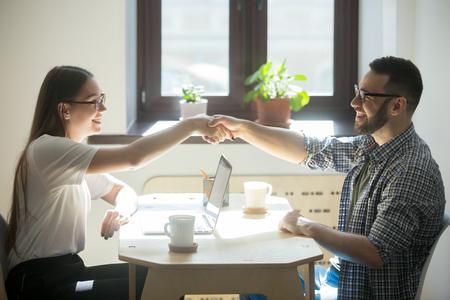Millennial generation man ontmoet vrouwelijke financieel adviseur voor investeringen, krijgt een nieuwe lening of tekent een contract. Stockfoto
