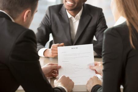 Besorgter Männlicher Jobkandidat Interessiert An Der Firmavacancy ...