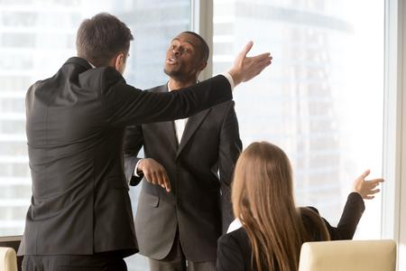 野心的なアフリカ系アメリカ人の男性の候補は就職、オフィスを離れる口論申請を求める男性と女性の白人リクルーターを主張します。失敗した面