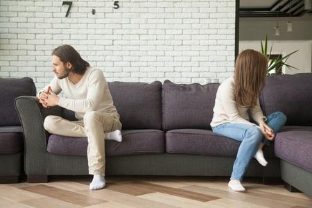싸움 후 거실에 소파에 앉아 불행 한 슬픈 부부, 좌절 된 남자와 여자 집에서 충돌하는 것을 무시하는 그들의 뒤쪽을 선회, 타협, 오해 개념을 찾을 수  스톡 콘텐츠