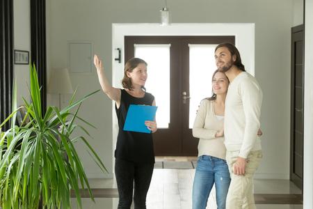 부동산 중개인 표시 몇 집에, 부동산 중개인에 대한 고객의 집에 대한 장점을 말하고, 인테리어 디자이너 리노베이션 아이디어를 논의하고, 구매자가  스톡 콘텐츠