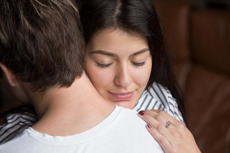 Soulagé femme heureuse étreignant l'homme, femme reconnaissante embrassant son mari aimant et aimant, remerciant pour son soutien, ses excuses et son pardon, sa compréhension de l'empathie dans le concept des relations, gros plan Banque d'images - 95122372