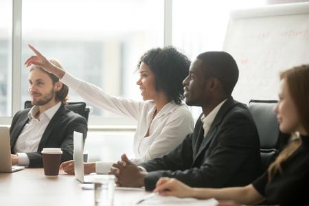 다민족 다양한 기업인과 그룹 사무실 회의에서 자원 봉사로 팀 훈련, 호기심 흑인 직원 또는 회의 세미나 참가자 투표에서 질문을 아프리카 여자 손을 제기 스톡 콘텐츠 - 97136360