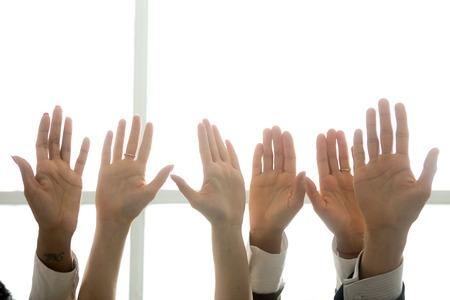 Hände der multiethnischen verschiedenen Leute in der Luft angehoben, Schwarzweiss-Palmen angehoben als freiwilliges, Initiativ- und Verpflichtungskonzept, Geschäftsteamtraining, Aktivisten engagieren sich, nahe hohe Ansicht