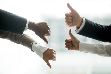 Mani di diversi uomini d'affari che mostrano i pollici su e giù, come contro il gesto di antipatia, feedback negativo positivo, voto di opposizione sì e no, disaccordo di confronto al concetto di trattative