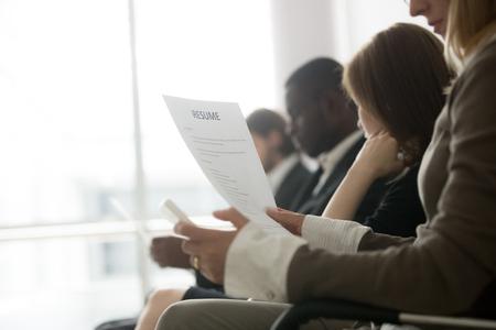 Gemischtrassige Geschäftsleute, die in der Warteschlange warten und sich auf das Vorstellungsgesprächskonzept vorbereiten Standard-Bild