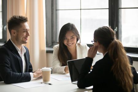 Aziatische zakenvrouw praten met zakelijke partners tijdens zakelijke onderhandelingen over plannen, strategieën en het samenvoegen van bedrijven lachen. Concept van samenwerking, interview, samenwerking en partnerschap.
