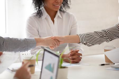 Händeschütteln von Geschäftsleuten und Geschäftsfrauen bei verschiedenen Gruppentreffen oder Verhandlungen, Nahaufnahme des Händeschüttelns von Frauen und Männern als Konzept für einen finanziellen Deal und eine neue Projektpartnerschaft Standard-Bild