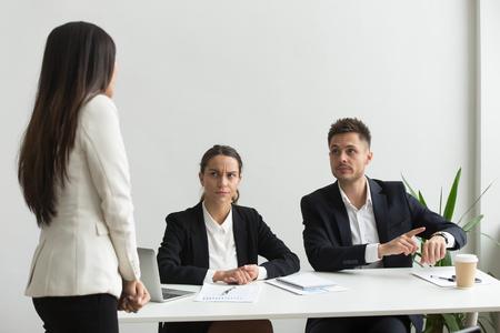 Cadre en colère pointant sur une montre-bracelet réprimandant un employé tardif non ponctuel pour retard, délai manquant ou retard à une réunion d'équipe, mauvaise gestion du temps, discipline et ponctualité au travail