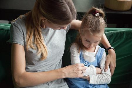 Sulky boos beledigd gekwetst kind meisje pruilen negeren vermijdende moeder probeert te omhelzen en te praten met boos koppige dochter over misverstand probleem, moeilijk kind belediging gedrag concept