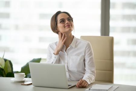 Dromerige duizendjarige zakenvrouw executive denken aan toekomstige dromen van een goede carrière in de hoop op nieuwe kansen op het werk, vrouwelijke kantoormedewerker voelt zich optimistisch in verwachting van zakelijk succes