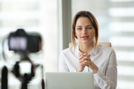 Allenatore di vlogger imprenditrice di successo che parla con la telecamera che riprende video blog in diretta o vlog che dà lezioni di presentazione in classe business insegnando alle persone online, blogger fa videoblog, concetto di vlogging Archivio Fotografico