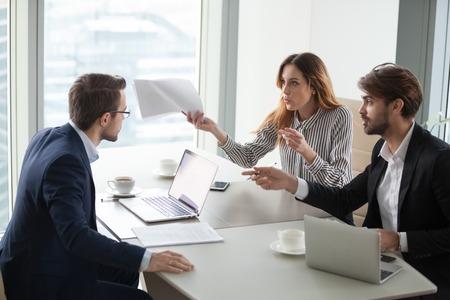 Diversos socios comerciales no están de acuerdo con el director ejecutivo de la empresa sobre los términos del contrato, las personas tienen disputas o pelean en una reunión en la oficina, los asociados o colegas discuten al informar sobre la cooperación o asociación fallida