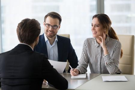 Sonriendo a diversos gerentes de recursos humanos satisfechos con el empleado masculino, tienen una primera impresión positiva del candidato, los empleadores felices escuchan al solicitante en la entrevista emocionados por la candidatura. Concepto de contratación