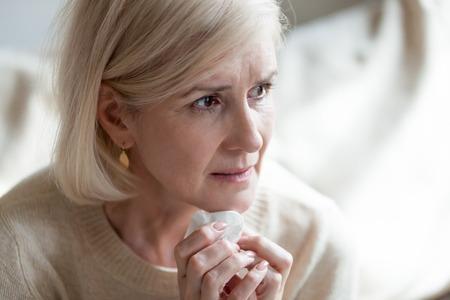 Triste anciana madura frustrada llorando sintiéndose azul pensando en la soledad dolor el dolor, molesta mujer de mediana edad pensativa llorando preocupada por los problemas, viuda mayor deprimida de luto Foto de archivo