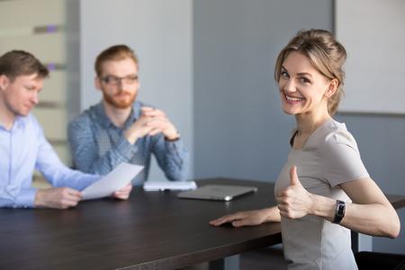 Heureux candidat millénaire montrant les pouces vers le haut, candidat à un poste vacant femme réussie souriant se sentir excité par gagner être embauché concept