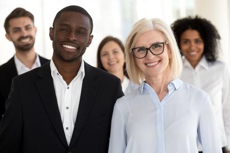 Divers anciens et jeunes coachs d'affaires professionnels ou chefs d'entreprise avec portrait de personnes d'équipe, partenaires exécutifs multiraciaux souriants, groupe de personnel d'entreprise caucasienne africaine regardant la caméra