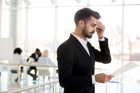 Schwitzender nervöser Geschäftsmann, der Panikattacken verspürt, hat Angst vor öffentlichen Reden, gestresster Redner-Moderator oder Bewerber, der sich die Stirn wischt und besorgt über die Leistung des Vorstellungsgesprächs ist Standard-Bild
