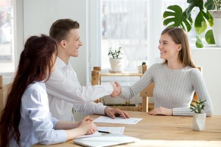 Lächelnder freundlicher HR-Manager-Handshake-Bewerber, der bei einem Vorstellungsgespräch begrüßt oder einen erfolgreichen Kandidaten einstellt, zufriedene Recruiter-Sucherin, die beim Treffen die Hände schüttelt, Rekrutierungs-Beschäftigungskonzept