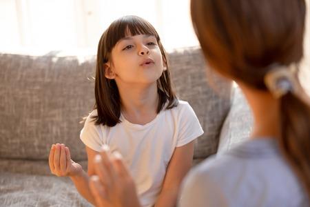 말을 더듬는 귀여운 소녀는 정확한 발음을 배우거나 개인 레슨에서 운동을 하는 언어 치료사 음악 교사와 함께 노래를 부르며 워밍업을 하고, 어린이 개념을 위한 언어 치료