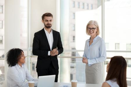 Proprietaria di un'azienda donna matura che introduce un investitore o un allenatore consulente aziendale con esperienza a diversi dipendenti multirazziali del personale. Il nuovo dipendente incontra i colleghi, le risorse umane e il concetto di assunzione