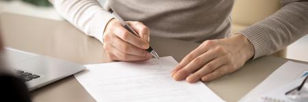 Nahaufnahme von Händen angeheuerte Frauen halten Stift unterzeichnen Arbeitsvertrag, Kunde erhält Versicherungsdienstleistungen, Geschäftsfrau bestätigt rechtliche Vereinbarung, Konzept horizontales Fotobanner für Website-Header-Design