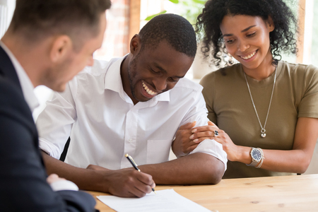 Happy african black family couple customers renters tenants sign mortgage loan investment agreement or rental insurance contract meeting lender landlord making real estate sale purchase deal. Reklamní fotografie - 118059271