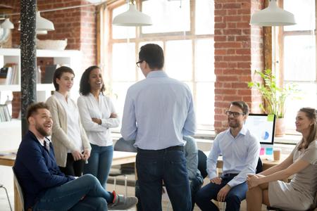 Firmenchef Executive Manager im Gespräch mit Firmenmitgliedern während des Briefings im modernen, komfortablen Büro des Coworking. Gemischtrassige Geschäftsleute, die während des Workshop-Seminars Business-Coach zuhören Standard-Bild