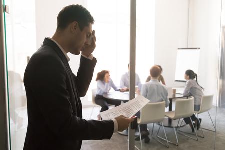 Nervös gestresster, verschwitzter Geschäftsmann-Sprecher, der Schweiß abwischt, fühlt sich ängstlich ängstlich stottert vor dem Lesen der Rede Vorbereitung des Stehens an der Bürotür, öffentliches Sprechen Angstphobie-Konzept Standard-Bild