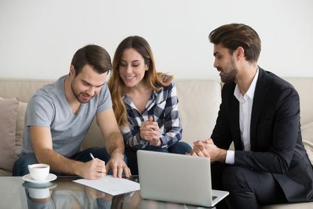 Glückliche Familienpaarkunden Mieter Mieter unterzeichnen Hypothekendarlehensinvestitionsvertrag oder Mietkaufvertrag, der Kreditgeber oder Vermieter trifft, die ein Immobilieneigentumskonzept erstellen