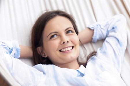 Jonge gelukkige gezonde vrouw ontspannen op hangmat dromen rusten in de zomer op vakantie vakantie, glimlachend zorgeloos kalm tienermeisje op zoek weg chillen swingend loungen op rustige warme lentedag