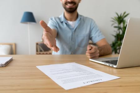 Gros plan d'un homme d'affaires tendant la main pour une poignée de main, offre de signer un contrat au client, client, employé souriant sympathique, agent faisant une bonne affaire, félicitant le partenaire avec son accord
