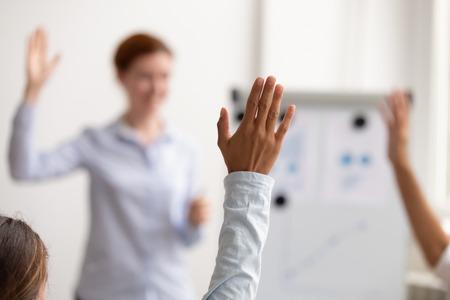 La audiencia de personas del equipo de negocios levanta la mano para hacer preguntas al entrenador comprometido en la votación en el concepto de conferencia, el grupo de voluntarios participa en el seminario corporativo de presentación de capacitación, se enfoca en la mano levantada