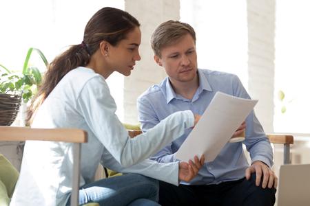Orientalische Frau, die dem kaukasischen Mann Papiere zeigt. Student präsentiert Kursarbeit Lehrer. Geschäftsleute diskutieren neues Projekt. Mann und Frau lesen Vertrag. Menschen am Arbeitskonzept. Büroalltag