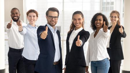 Chefs d'entreprise avec un groupe d'employés montrant le pouce levé en regardant la caméra, une équipe de bureau multiculturelle professionnelle et heureuse recommande le meilleur service d'entreprise, une carrière fière ou bonne, des ressources humaines Banque d'images