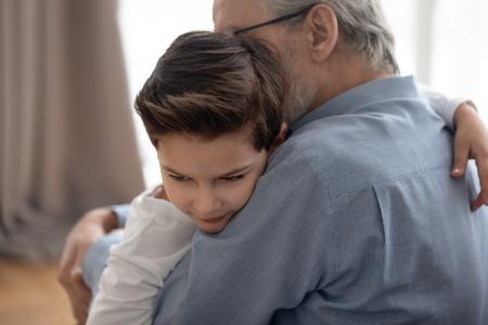 Un enfant d'âge préscolaire embrasse son grand-père faisant la paix se réconcilier après un combat ou une querelle, un petit-enfant et un grand-parent aimant embrassent le confort, montrent des soins et un soutien. Collage, concept de connexion Banque d'images