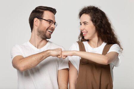 Heureux jeune couple se regardant se saluer en se donnant un geste de poing coup de poing célébrant l'examen réussi ou un succès commun, des personnes partageant les mêmes idées faisant preuve de respect, de solidarité, d'amitié Banque d'images